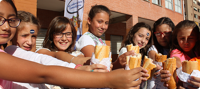 Alumnas del colegio Azpilagaña de Pamplona merendando un bocadillo