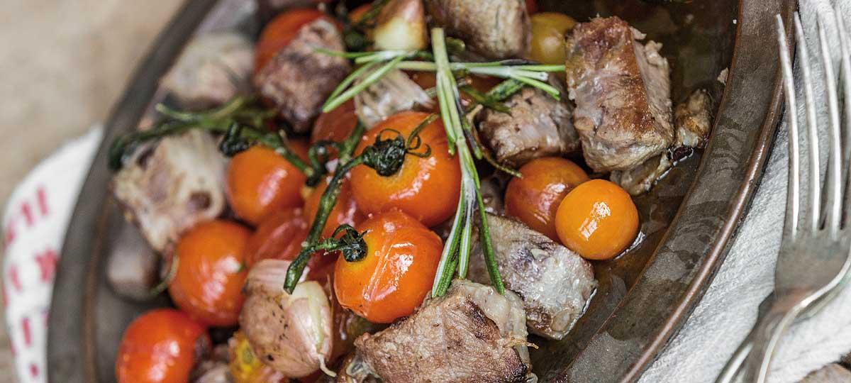 Carne cocida con tomatitos y romero