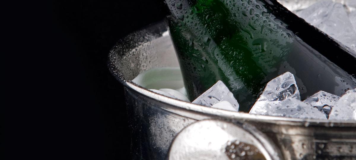 Agua, hielo y sal: el truco definitivo para enfriar rápido las bebidas
