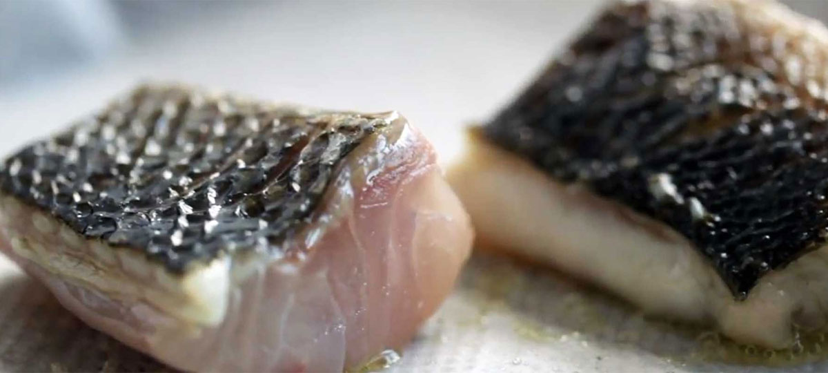 Freír pescado sin aceite (y que no se pegue) es posible