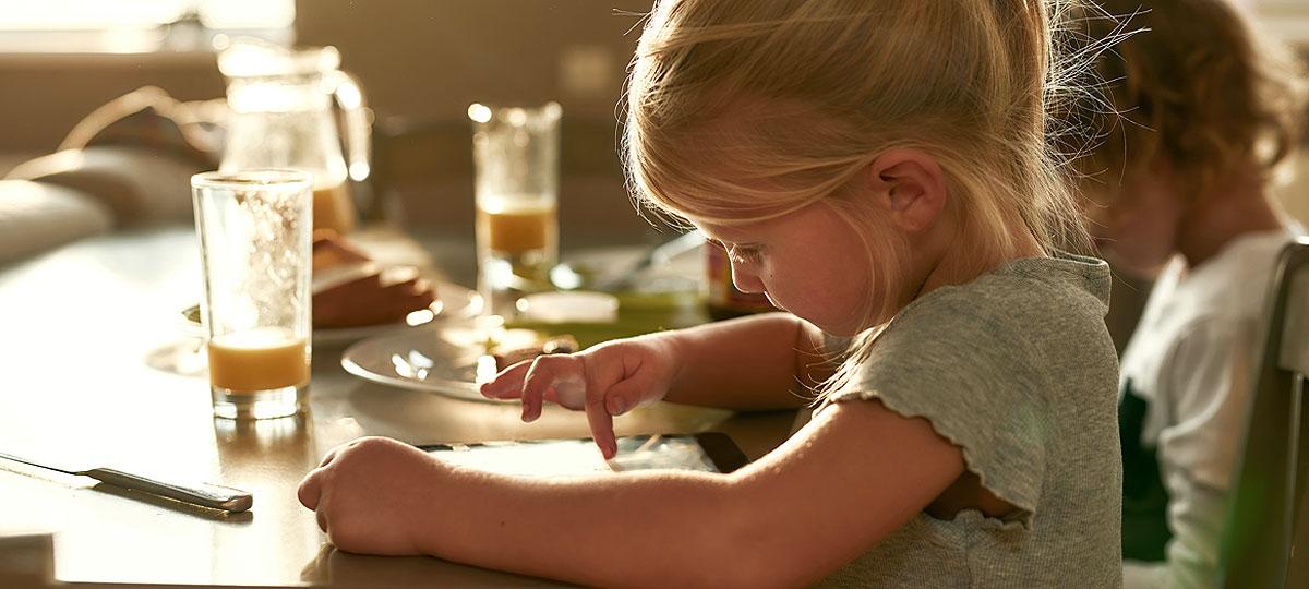 Comer con la tele o tablet puesta: un error en la alimentación infantil