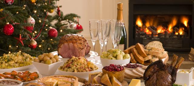 Mesa con platos en Navidad